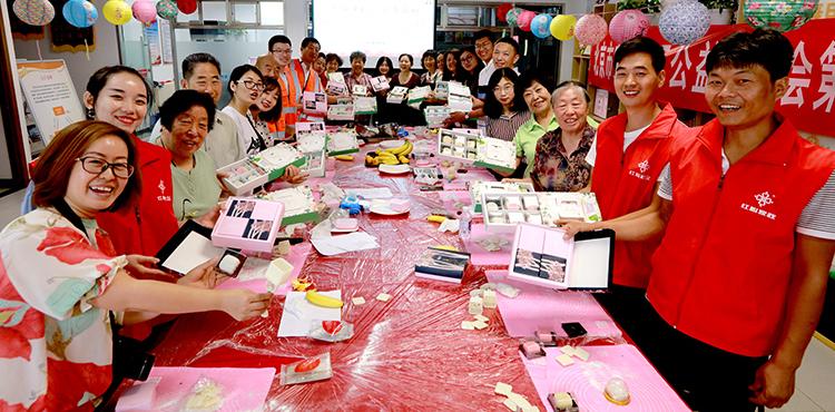 """9月6日,北京市安和社区公益基金会第三届公益节在安和公益大厅拉开帷幕。此次公益节以""""月满中秋,爱在安和""""为主题,参加活动的有辖区居民志愿者、家在外地的企业员工代表、养老照料中心护理人员等,大家颂诗词、猜灯谜、做月饼,共度欢乐中秋。"""