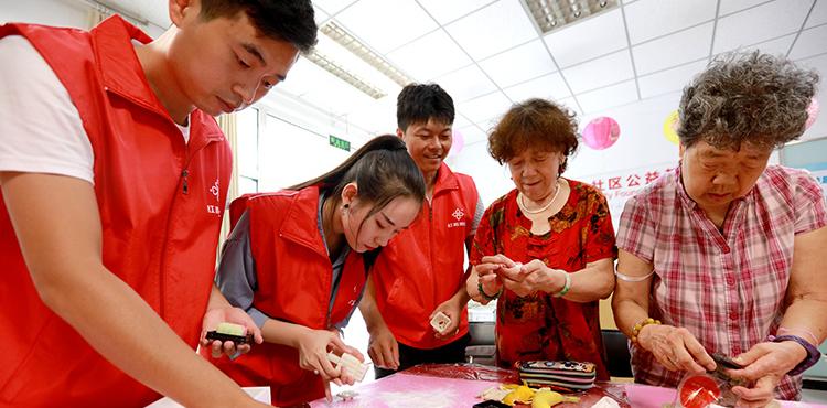 志愿者与社区居民一起做月饼。
