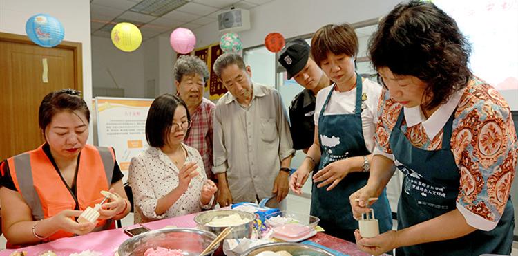 从和面、做馅到用模具扣出月饼,大家学得认真,做得有模有样。