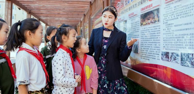 参观红色文化展览。