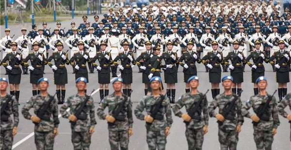 9月17日,徒步方队的战士们在北京郊区的阅兵集训点站军姿。此次阅兵活动将按阅兵式、分列式两个步骤进行,时长约80分钟。