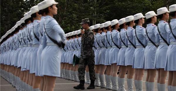 民兵方队的女兵正在接受训练。训练场地空旷,为了保护教官的嗓子,每人都配备了扩音器。