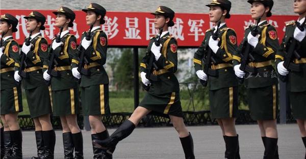 仪仗方队的女兵正在列队训练。此次阅兵中,徒步方队女性身高普遍在1.63米至1.75米之间。