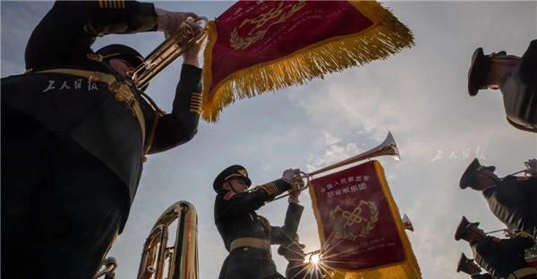 联合军乐团的乐手正在吹奏礼号,这种乐器将是首次出现在国庆阅兵中。此次阅兵中所演奏的曲目大多都是崭新作品或重新编曲创作的。