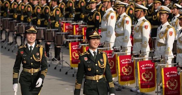 联合军乐团里的一对双胞胎姐妹,她们都是乐团的鼓手。本次联合军乐团以解放军军乐团为主,从全军抽组1300多人组成。
