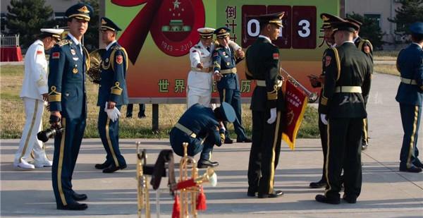 9月17日下午,距国庆阅兵还有13天的时间,军乐团的乐手们利用休息时间在倒计时牌前合影留念。