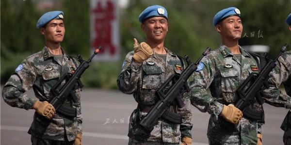训练结束后,一名维和部队方队的战士伸出了大拇指。