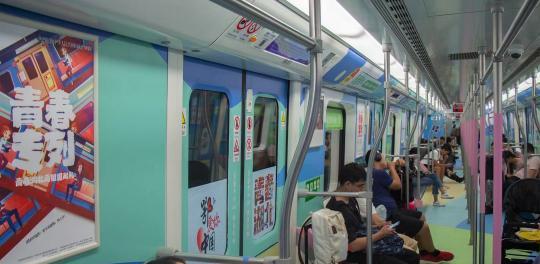 图为主题地铁内色彩活泼、青春活力。