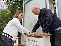 """村民自制公交车站""""爱心椅"""""""