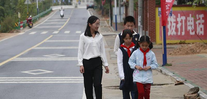 放学后,方荣送学生回家。