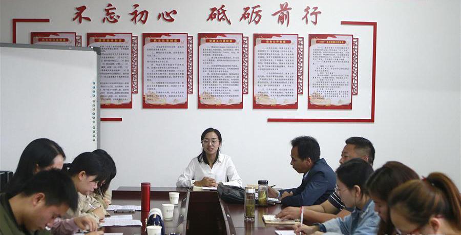湖北省罗田县胜利镇2019年新教师培训会在罗田县希望小学举行,方荣(中)在培训会上与新教师座谈。