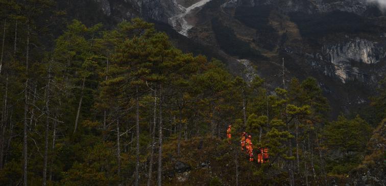 10月27日,国家综合性消防救援队伍组建一周年主题采访团走进丽江市,跟随丽江市森林消防支队玉龙大队指战员来到他们靠前驻防守护的玉龙雪山景区,聚焦玉龙雪山的守护者。图为玉龙大队的指战员在玉龙雪山景区腹地进行山岳救援演练。