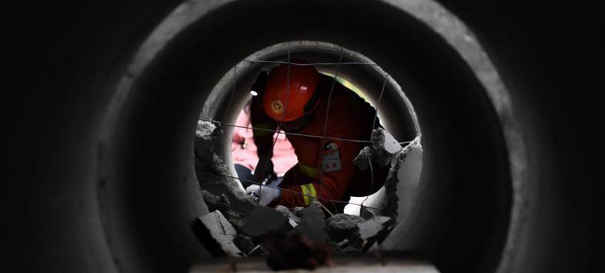 10月27日,国家综合性消防救援队伍组建一周年主题采访团走进丽江市,跟随丽江市森林消防支队玉龙大队指战员来到他们靠前驻防守护的玉龙雪山景区,聚焦玉龙雪山的守护者。图为玉龙大队的指战员进行狭小空间救援演示。
