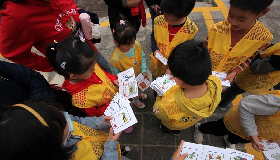 """11月1日,孩子们在南京科技馆参与垃圾分类方面的科普项目互动游戏。 当日,《南京市生活垃圾管理条例》正式实施。南京科技馆结合自身科普资源,组织来馆参观的孩子们观看""""能源与环保""""展区,为他们讲解垃圾分类知识,让孩子们在互动中增强环保意识,从小养成爱护环境的良好习惯。"""