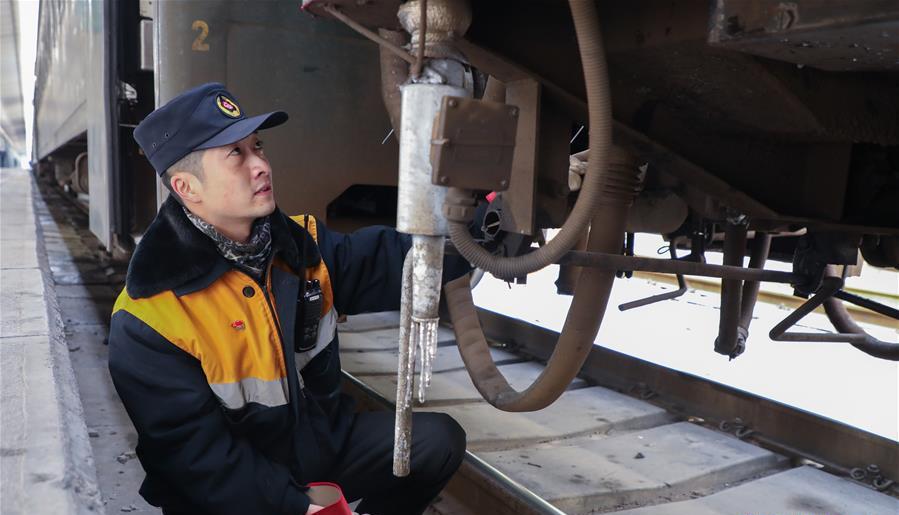12月16日,中国铁路兰州局集团有限公司兰州车辆段兰州运用车间客车检车员马鋆琪在进行客车技检作业。 近日,伴着寒潮到来,多地迎来入冬以来最寒冷天气,一些劳动者在凛冽寒风中依然坚守岗位。