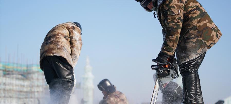 12月16日,在哈尔滨冰雪大世界园区,工人在进行冰建施工作业。当日,哈尔滨市最低气温达到零下20摄氏度以下。 近日,伴着寒潮到来,多地迎来入冬以来最寒冷天气,一些劳动者在凛冽寒风中依然坚守岗位。