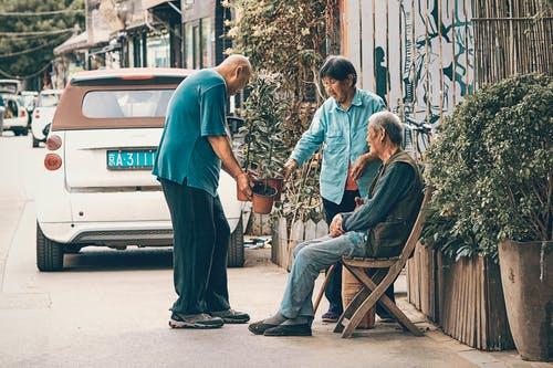 """老年志愿者将自己生命中的10年存进""""银行"""""""